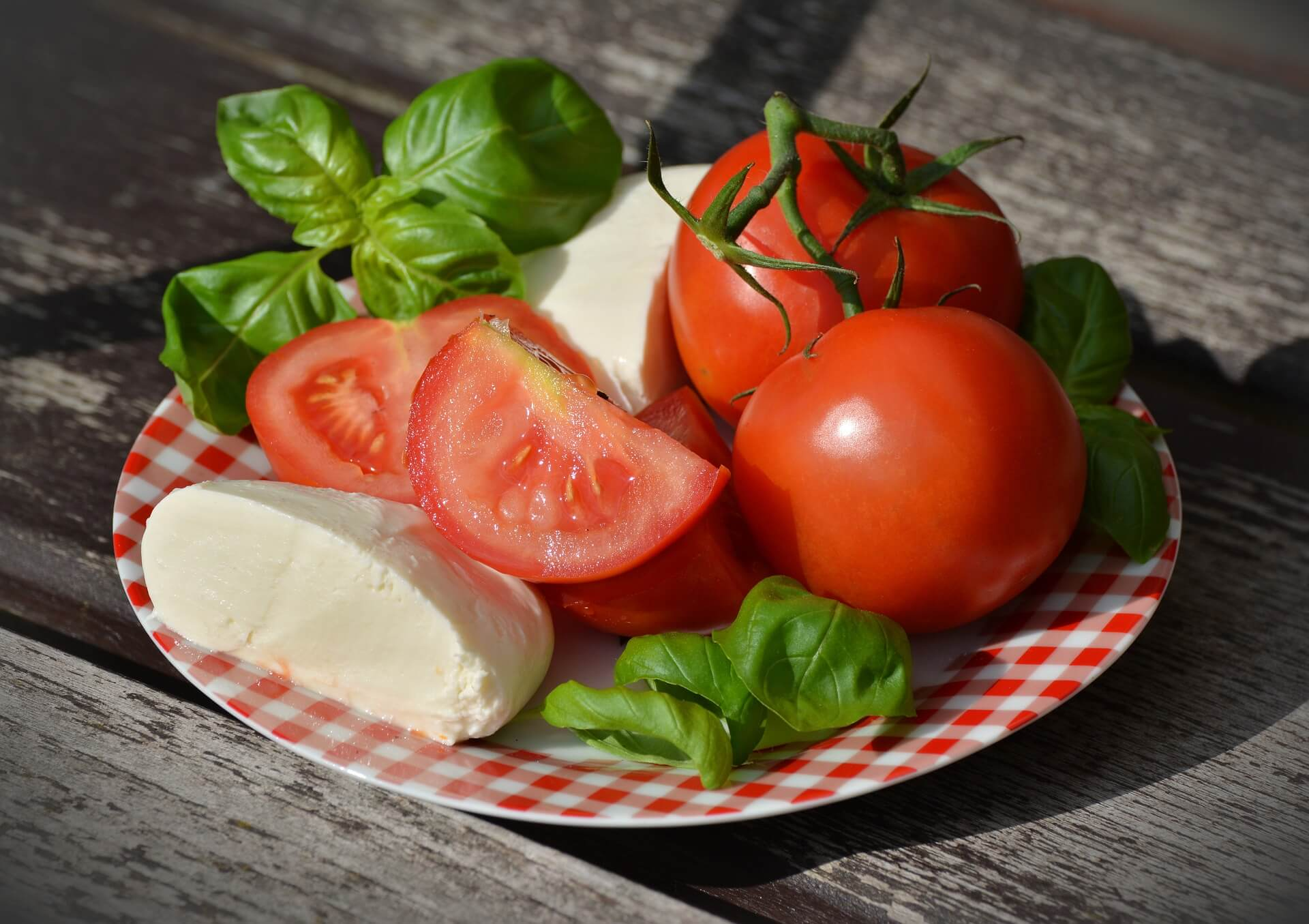 a plate of cheese and tomato